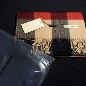 BURBERRY WOMEN`S CASUAL CASHMERE SCARF CAMEL NWT
